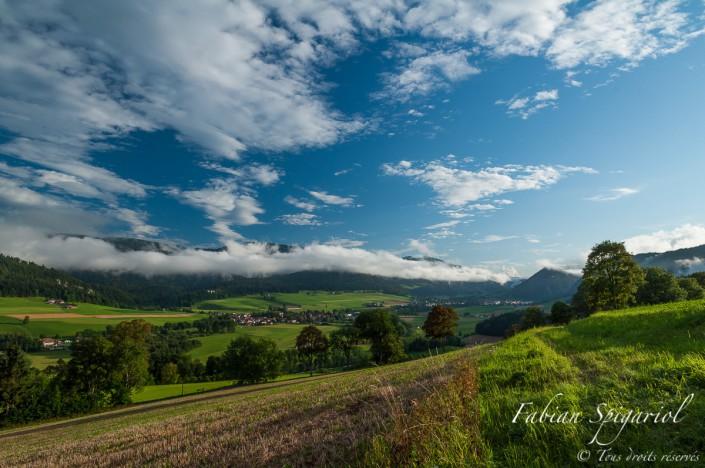 Après une averse estivale, le ciel s'ouvre et offre des couleurs féériques au Val-de-Travers.