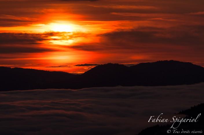 Il fallait prendre de l'altitude pour admirer le tableau coloré offert par le ciel au-dessus du Val-de-Travers embrumé.