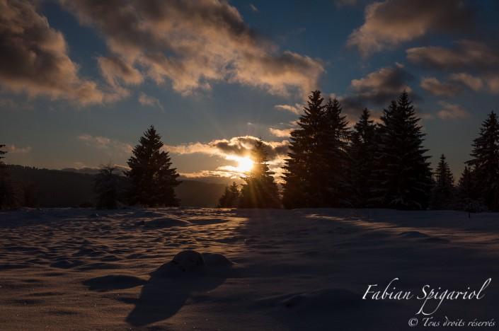 Coucher de soleil hivernal sur les hauteurs des Bayards, aux confins du Val-de-Travers.