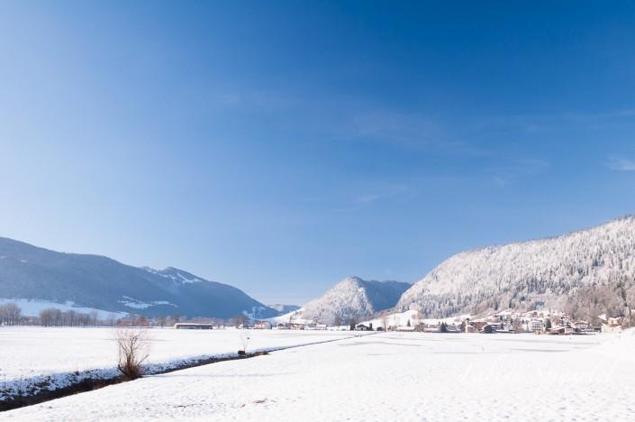 Vue hivernale du village de Boveresse, du chapeau de Napoléon et de la Robella depuis la piscine des Combes au coeur du Val-de-Travers.