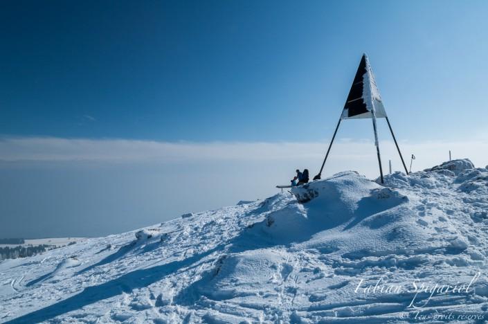 Culminant à 1606,7m, le sommet du Chasseron est l'un des plus haut point de vue de la chaîne du Jura qui est apprécié hiver comme été par les randonneurs.
