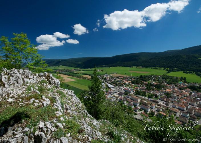 Vue estivale de Fleurier et de Môtiers depuis le Signal - La Caroline offre un point de vue remarquable sur le village de Fleurier et l'ensemble du Val-de-Travers.