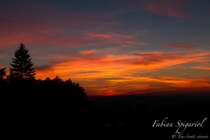 Au crépuscule, le ciel s'embrase sur les hauts plateaux jurassiens. Image réalisée en bordure de la réserve du Creux-du-Van, en surplomb du Val-de-Travers.