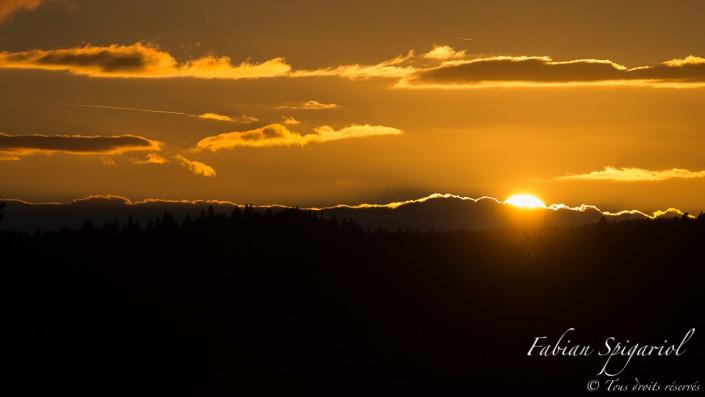 Coucher de soleil sur les crêtes - Après une belle journée d'été, le soleil prend congé du Val-de-Travers en s'effaçant derrière une crête nuageuse. Image réalisée sur les hauteurs du village de Boveresse, dans le Val-de-Travers (NE).