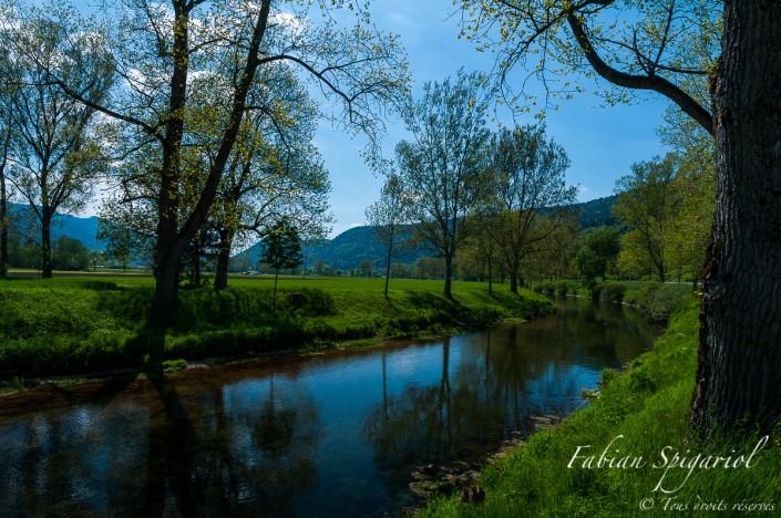Le lit de l'Areuse entre Môtiers et Couvet - L'Areuse coule paisiblement au coeur du Val-de-Travers.