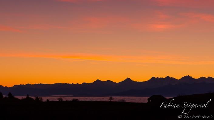 Ciel de feu - Depuis le Creux-du-Van, le ciel semble s'habiller de ses plus belles couleurs à quelques minutes du lever de soleil derrière les alpes bernoises.