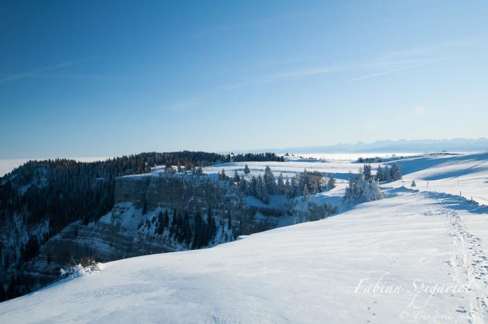 Vue hivernale depuis le sommet enneigé du cirque du Creux-du-Van (Neuchâtel, Suisse).