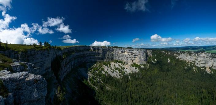 Panorama du Creux-du-Van - Vue panoramique du cirque du Creux-du-Van réalisée depuis la Caraffe un beau matin d'été.