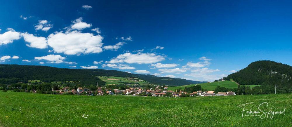 Vue panoramique du village de Môtiers, au coeur du Val-de-Travers.