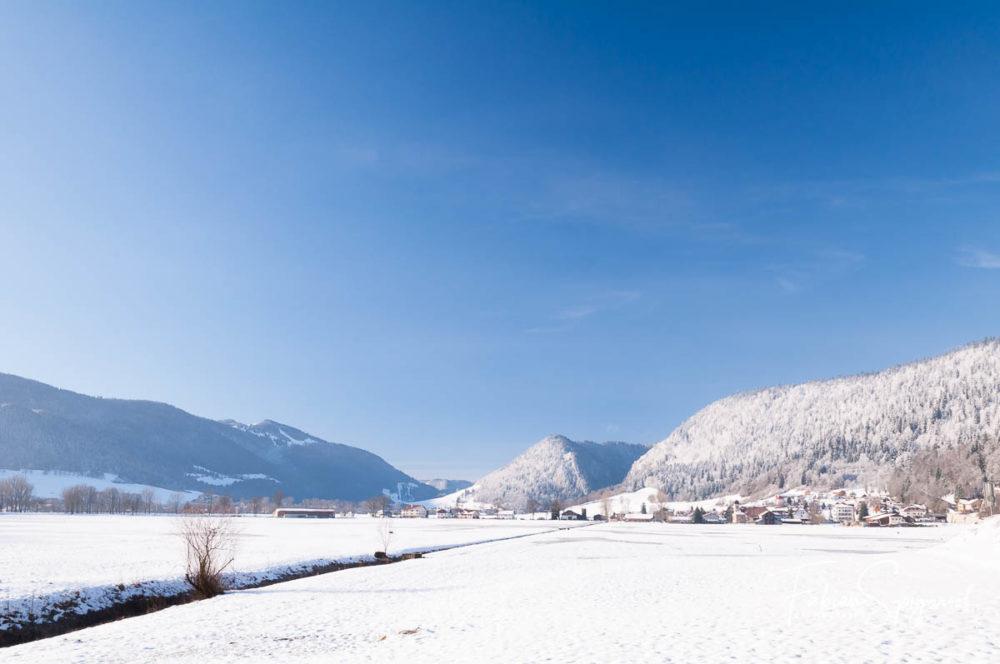 Vue hivernale du village de Boveresse et du chapeau de Napoléon depuis les Combes.
