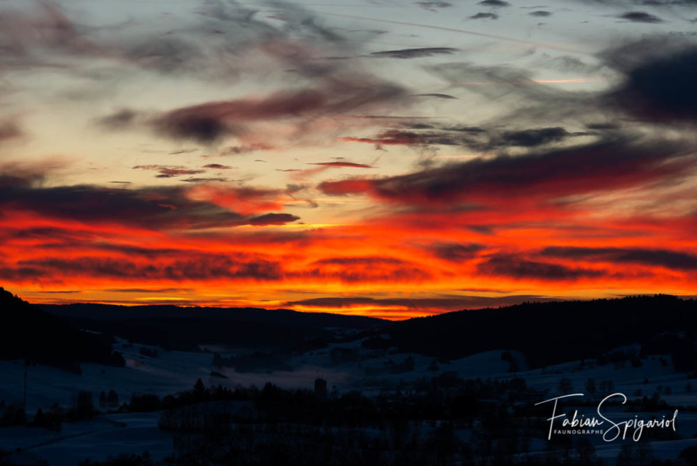 Peu après le coucher du soleil, le ciel s'est enflammé au-dessus du village des Verrières (Val-de-Travers).
